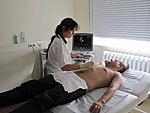 SHIP-Studienärztin untersucht die Leber eines Probanden mit Ultraschall