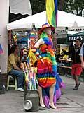 Schaufensterpuppe in regenbogenfarbenem Kleid