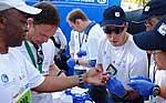 Läufer mit Diabetes bei der Blutzuckermessung