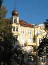 Haus mit gelb-weißer Fassade