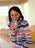 Teenager mit einem Glas Milch