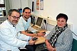 Prof. Dr. Ulrich Alfons Müller und Diabetesberater Benjamin Milke mit Patientin