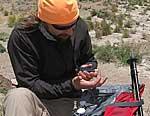 Typ-1-Diabetiker und Bergsteiger bei Blutzuckermessung