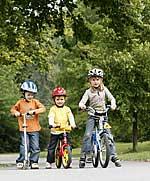 Kinder mit Fahrrädern und Roller