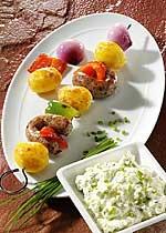 Kartoffelspieße mit Bratwurst und Kräuterquark