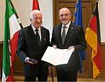 Prof. Helmut Schatz und Regierungspräsident Dr. Gerd Bollermann