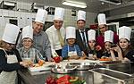 Prof. Karsten Müssig beim Kochen mit Kindern