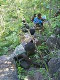 Hadza beim Graben nach pflanzlicher Nahrung