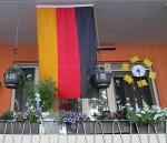 Balkon mit Deutschlandfahne