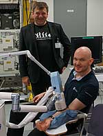 Professor Karsten König (links) hat die Haut des deutschen Astronauten Alexander Gerst untersucht
