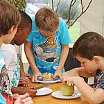 Kinder verarbeiten selbst gepflückte Äpfel