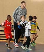 Grundschüler der St. Rochus-Schule beim Training mit dem SMS-Paten Hendrik Beyer