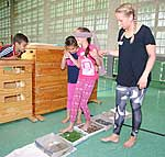 Grundschüler der St. Michael-Schule auf dem Sinnesparcours