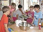 Grundschüler der Matthias-Claudius-Schule beim Zubereiten eines Kräuterquarks