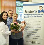 Klinikdirektorin Prof. Pauline Wimberger mit Emilias stolzen Eltern
