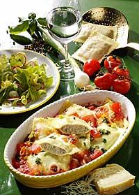 Maultaschen mit Fleischfüllung in Tomatensauce