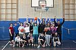 Kinder und Lehrer der Mosaikschule mit den Spielern der ART Giants und Trainer Konrad Müller