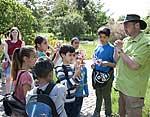 Grundschüler im Botanischen Garten