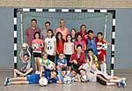 Grundschulkinder und Lehrer mit Inka Grings, Prof. Müssig und Guido Schenuit