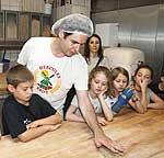 Grundschülerinnen und - schüler im Gespräch mit Bäckermeister