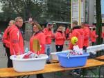 Marathonhelfer am Versorgungsstand