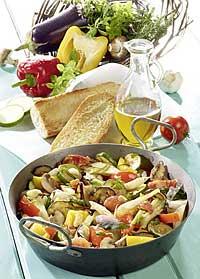 Mediterrane Gemüsepfanne mit Knoblauchbrot und Feta