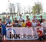 Kinder und Lehrerinnen mit Tennisprofis