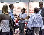 Interessenten informieren sich am Stand des DZD über Diabetesforschung