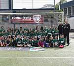 Kinder der SMS-Initiative mit den Trainerinnen und Trainern der Fußballfabrik