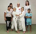 Kinder und Lehrerin der GGS Am Köhnen mit SMS-Projektkoordinatorin Laura Dauben und Judotrainer Thomas Jansen