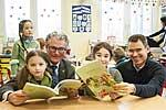 Kinder der SMS-Initiative beim Lesen des Kinderkochbuches