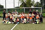 Die Kinder der St. Michael Schule zusammen mit ihren Lehrkräften, dem Trainerteam von Fortuna Düsseldorf und SMS-Projektkoordinator Guido Schenuit