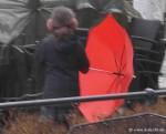 Kind mit rotem Schirm