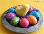 Teller mit Ostereiern und Küken