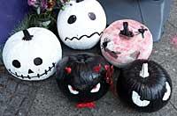 Halloween mit gruselig bemalten Kürbissen