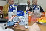 Senioren testen Blutzuckermessgerät