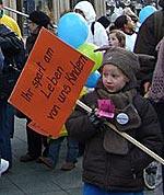 Kinder demonstrieren für ihr Insulin