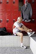 Älterer Herr in der Umkleidekabine