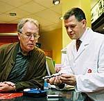 Apotheker erklärt Diabetiker Funktionsweise eines Insulinpens