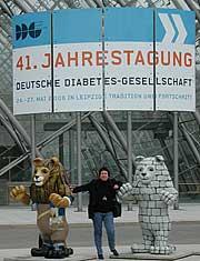 Helga Uphoff vor dem Eingang zur Messe Leipzig