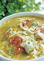Feine Suppenbändchen mit Chorizo und Huhn