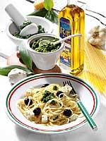 Pasta mit Pesto, Feta und Oliven