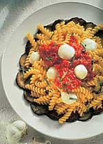 Spiralen mit Auberginenfächer und Mozzarella