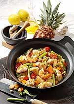 Süß-saure Gemüsepfanne mit Fisch, Garnelen und Ananas