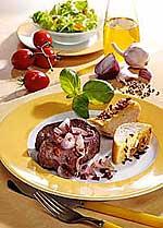Zwiebelsteak mit Knoblauchbaguette
